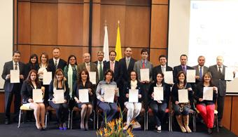 """<p style=text-align: justify;>Se realizó en las instalaciones del CESA, la entrega de Certificados EFR a 16 empresas colombianas que han logrado un <strong>equilibrio entre la vida laboral y familiar de sus empleados.</strong></p><p style=text-align: justify;><strong></strong></p><p style=text-align: justify;>Este nuevo grupo de 16 galardonados, se une a las 14 empresas certificadas en 2013, <strong>ascendiendo a 30 el número de organizaciones que ostentan este reconocimiento en el país.</strong> De esta manera, Colombia se convierte en uno de los países con más empresas certificadas en el mundo, superado sólo por España, lo que evidencia el gran compromiso de los empresarios e industriales nacionales con la Responsabilidad Empresarial y Familiar con sus colaboradores.</p><p style=text-align: justify;></p><p style=text-align: justify;>La inauguración del acto estuvo<strong> a cargo del Rector del CESA y patrono de la Fundación Másfamilia en Colombia, José Manuel Restrepo Abondano y el Ministerio de Trabajo.</strong> Además, el evento contó con dos ponencias, la primera sobre 'Conciliación y Diversidad en Colombia' por la experta en Gestión de la Diversidad, Cristina De Armas y la segunda, 'Gestión de la diversidad a través del modelo efr' impartida por el Director de la Fundación Másfamilia, Roberto Martínez.</p><p style=text-align: justify;></p><p style=text-align: justify;>En relación a la entrega de los certificados efr, el Director de la Fundación Másfamilia, Roberto Martínez, opinó que: """"En Colombia llevamos poco tiempo, pero ha tomado mucha fuerza. Creo que<strong> a futuro el país mejorará en el desarrollo de buenas prácticas, en parte gracias al buen momento económico por el que está pasando.</strong> Además, Colombia tiene medidas de conciliación de la vida laboral con la familiar muy creativas y únicas"""".</p><p style=text-align: justify;></p><p style=text-align: justify;>Este reconocimiento beneficia alrededor de<strong> 9.000 empleados, y sus familias,</st"""