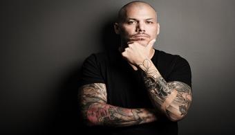 """<p style=text-align: justify;>De acuerdo con un estudio de <strong><a href=https://www.pewresearch.org/ rel=me nofollow>Pew Research</a></strong>, el <strong>23% de los estadounidenses tiene al menos un tatuaje</strong>. Este alto porcentaje de personas tatuadas demuestra que estos grabados están más que de moda en la actualidad y, según las cifras, es una tendencia que cada vez pisa más fuerte en la región.</p><p style=text-align: justify;></p><p><br/><a style=color: #ff0000; text-decoration: none; title=Lee todas las notas sobre consejos de empleo href=https://noticias.universia.edu.uy/googleSearch.do?cx=partner-pub-0951420292226035%3A2081736683&cof=FORID%3A9&ie=ISO-8859-15&q=consejos+empleo>» <strong>Lee todas las notas sobre consejos de empleo</strong></a></p><p style=text-align: justify;><br/>Sin embargo, una investigación de la <strong><a title=Universidad de St. Andrews href=https://www.st-andrews.ac.uk/ target=_blank>Universidad de St Andrews</a></strong>demostró que las personas con tatuajes en la piel tienen menos chances de conseguir empleos que requieren de trato directo con clientes. Es que según los especialistas consultados, <strong>estos dibujos están asociados a personalidades rebeldes</strong> que no condicen con el perfil tradicional de un trabajador.</p><p style=text-align: justify;></p><p style=text-align: justify;><br/>""""La imagen y actitud corporal que proyectamos es muy importante. Con lo visual comunicamos de manera inconsciente, por lo que es lo más sincero que uno puede presentar"""" expresó reconoce Javier Caparrós, Director General de Trabajando.com. Según el especialista, cada elemento que seleccionamos para vestir tiene un significado que será tenido en cuenta por el entrevistador y, mostrar los tatuajes también lo tiene.</p><p style=text-align: justify;><br/>Sin embargo, no siempre los tatuajes juegan en contra: <strong>existen casos donde tener estos grabados puede funcionar como un plus</strong>. De acuerdo con el estudio, los <strong>p"""