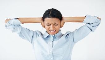 <p style=text-align: justify;>La gran cantidad de horas que los distintos empleos demandan hace que los vínculos entre los distintos trabajadores se fortalezcan, y esto puede terminar trayendo temas externos a la empresa, lo que puede no ser del todo beneficioso. Por eso, a continuación te contamos cuáles son los <strong>temas que es preferible dejar fuera del ambiente laboral</strong>.</p><p style=text-align: justify;></p><p><strong>Lee también</strong><br/><a style=color: #ff0000; text-decoration: none; title=10 errores evitables que podrían acabar con tu puesto de trabajo href=https://noticias.universia.com.ar/en-portada/noticia/2012/07/30/954525/10-errores-evitables-podrian-acabar-puesto-trabajo.html>» <strong>10 errores evitables que podrían acabar con tu puesto de trabajo</strong></a></p><h4></h4><p></p><p></p><p></p><h4>1) Cuál es tu sueldo</h4><p style=text-align: justify;>Aunque muchos son los empleados que no tienen reparos en develar su sueldo, hay que tener presente que esto no es lo más conveniente, ya que puede generar entredichos con los otros miembros de la oficina.</p><h4></h4><h4>2) Tus logros y proyectos</h4><p style=text-align: justify;>Por más que te sientas orgulloso de tus logros y tengas muchos proyectos ambiciosos, es mejor que te los guardes para vos y los compartas con tus seres más queridos.</p><h4></h4><h4>3) Creencias religiosas o posturas políticas</h4><p style=text-align: justify;>Estos temas además de poder generar controversia,<strong> no aportan nada al accionar de la empresa</strong>. Por ende, tratá de evitarlos lo más que puedas. Seguro tendrás tiempo de tratarlos en otros ámbitos de tu vida privada.</p><p style=text-align: justify;></p><h4>4) Los problemas personales</h4><p style=text-align: justify;>La vida privada debe ser, tal como su nombre lo dice, privada. Lo más conveniente es que dejes tus problemas de pareja, tus problemas económicos y todo lo que te aqueja fuera de tu vida laboral.</p><h4></h4><h4>5) Las opiniones rac
