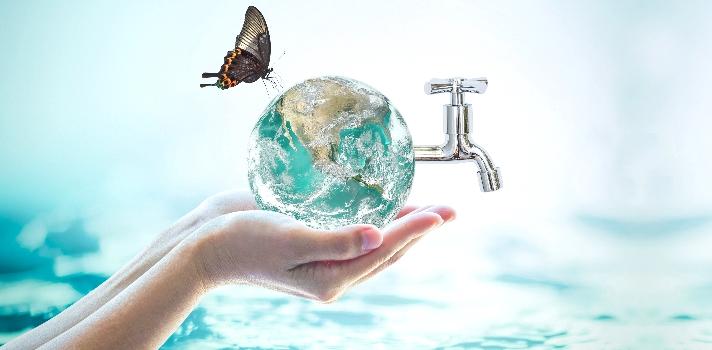 """Cada <strong>22 de marzo se celebra el Día Mundial del Agua</strong> desde que fuera decretado en 1992 por <a href=https://www.un.org/es/index.html target=_blank>Naciones Unidas</a>. El agua es un recurso esencial no solo para la vida sino para el <strong>desarrollo sostenible de ciudades y comunidades</strong>. El lema de este año invita a la reflexión: <strong>""""¿Por qué desperdiciar agua?""""</strong>. <br/><br/><br/>Tal como afirma la ONU, los <strong>recursos hídricos</strong> y la gama de servicios que prestan, juegan un papel clave en la <strong>reducción de la pobreza, el crecimiento económico y la sostenibilidad ambiental</strong>. Además, el agua propicia el bienestar de la población y el crecimiento inclusivo, <strong>incidiendo</strong> en cuestiones que afectan a la <strong>seguridad de los alimentos, la energía, la salud humana y el medio ambiente</strong>. <br/><br/><br/>El <strong>Objetivo de Desarrollo Sostenible</strong> (ODS) <strong>número seis</strong> (en total son diecisiete) es <strong>""""Garantizar la disponibilidad de agua y su gestión sostenible y el saneamiento para todos""""</strong>, a pesar de que se estima que para 2050 al menos una de cada cuatro personas probablemente viva en un país afectado por escasez crónica y reiterada de agua dulce.<br/><br/><br/>Tal como destaca este sexto objetivo, la <strong>escasez de recursos hídricos</strong>, la <strong>mala calidad del agua y el saneamiento inadecuado influyen negativamente en la seguridad alimentaria</strong>, las opciones de medios de subsistencia y las oportunidades de educación para las familias pobres en todo el mundo. Asimismo, <strong>la sequía afecta a algunos de los países más pobres del mundo y recrudece el hambre y la desnutrición</strong>.<br/><br/><br/>Hoy en día <strong>unas 663 millones de personas viven sin suministro de agua potable cerca de sus hogares</strong>, lo que les obliga a trasladarse para poder acceder. Esto también influye de forma negativa en la salubridad de la po"""