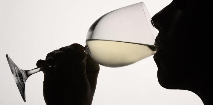 <p style=text-align: justify;>Los consumidores de bebidas alcohólicas pueden controlar cuánto alcohol tienen en sangre mediante una <strong>aplicación llamada Calcoholadora</strong>, creada por la empresa de software especializada en el desarrollo de aplicaciones móviles y sitios web <a href=https://www.lacreativeria.com/ rel=me nofollow><strong> La Creativería</strong></a>. La app <strong>le indicará a la persona que la utilice en qué momento no está habilitado para manejar debido al consumo</strong>, aunque esto <strong>no sustituye la espirometría </strong>realizada por los inspectores de tránsito.</p><p></p><p><span style=color: #ff0000;><strong>Lee también</strong></span></p><p><a style=color: #666565; text-decoration: none; title=¿De qué manera influyen las redes sociales en el consumo de alcohol entre los adolescentes? href=https://noticias.universia.cr/cultura/noticia/2015/05/18/1125191/manera-influyen-redes-sociales-consumo-alcohol-adolescentes.html>» <strong>¿De qué manera influyen las redes sociales en el consumo de alcohol entre los adolescentes?</strong></a><br/><a style=color: #666565; text-decoration: none; title=Sigue toda la actualidad universitaria a través de nuestra página de FACEBOOK href=https://es-es.facebook.com/universiacostarica>» <strong> Sigue toda la actualidad universitaria a través de nuestra página de FACEBOOK </strong></a></p><p style=text-align: justify;><br/>La <strong><a href=https://play.google.com/store/apps/details?id=com.lacreativeria.alcoholimetroeducalcohol rel=me nofollow>Calcoholadora</a></strong> tiene un funcionamiento muy simple en el cual después de especificar el sexo y el peso en kilogramos se debe <strong>reportar por cada bebida alcohólica que se ingiera agregándola a la aplicación, la que irá progresivamente mostrando el nivel de alcohol en sangre</strong> mediante un gráfico que pasa de verde a amarillo y de naranja a rojo, según lo que se haya consumido.</p><blockquote style=text-align: center;>La aplicación est