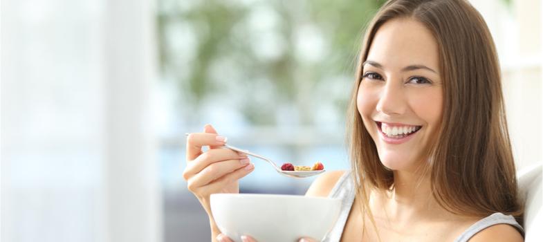 """<p>Congelados e lanches são opções práticas e ágeis para acabar com a fome depois de uma maratona de estudos na universidade. Esta é a realidade de muitos estudantes que moram sozinhos ou em repúblicas.</p><p>A correria do dia a dia, o cansaço ou simplesmente falta de jeito para pilotar o fogão não precisam custar o fim de uma nutrição saudável. Porém, se alimentar de forma correta ajuda (e muito) a ter mais bem-estar no cotidiano e, ainda, um bom desempenho nos estudos.</p><p>Veja algumas <strong>sugestões para uma alimentação saudável na vida universitária</strong>.</p><p></p><p><a href=https://www.google.com.br/url?sa=t&rct=j&q=&esrc=s&source=web&cd=1&cad=rja&uact=8&ved=0ahUKEwjMyp7a05nZAhVBjpAKHdCMCToQFggpMAA&url=http%3A%2F%2Fnoticias.universia.com.br%2Fcultura%2Fnoticia%2F2017%2F10%2F18%2F1156210%2Fsaude-estudante-dia-vacinas.html&usg=AOvVaw3ZQRmtOaS8Jnnx6PjzhnSG><span>Saúde do estudante: você está em dia com suas vacinas?</span></a></p><p></p><h2><strong>Café da manhã com qualidade</strong></h2><p>O café da manhã é considerado a principal refeição do dia. Por ser a primeira, é responsável por manter as energias no período matutino. Alguns estudantes pulam essa etapa da alimentação para dormir um pouco mais, o que não é recomendado.</p><p>Estômago vazio pode interferir no seu nível de concentração.</p><p>Portanto, logo ao acordar procure se alimentar bem. Frutas, iogurte, queijo branco e lanche com pão integral são algumas sugestões.</p><p></p><h2><strong>Comida """"de verdade"""" deve ser prioridade</strong></h2><p>Lanche ou salgado na hora do almoço? É prático e até mais em conta, financeiramente falando, mas logo o seu corpo vai responder a esse hábito – nada saudável, por sinal.</p><p>Claro que, dependendo das circunstâncias, é preferível comer uma coxinha a ficar em jejum, por exemplo.</p><p>Porém, não deixe que isso vire rotina. Priorize comida de verdade: arroz, feijão, bife, salada e por aí vai. Se você não cozinha e viu que acabou a marmita que veio do fim d"""