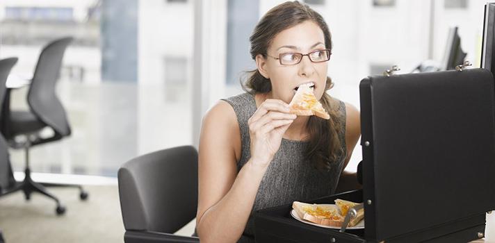 Cuidar tu alimentación es esencial para tu salud, sobre todo si comes en el trabajo