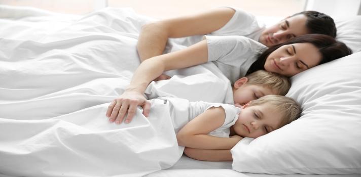 """<p>Tener <strong>una buena noche de sueño</strong> es el elemento principal para encarar el día siguiente con muchas energías. Es fundamental para estar bien física y mentalmente pero además, existe otro factor sumamente importante para <strong>lograr un óptimo descanso</strong>, y se relaciona con la posición al dormir.<br/><br/>Para asegurarte un buen descanso y poder mantener la vitalidad necesaria a lo largo de la jornada, te ofrecemos algunos <strong>consejos que te ayudarán a dormir mejor</strong>:</p><ul><li><strong>Dormir del lado izquierdo</strong> le permite al cuerpo filtrar mejor el fluido linfático y sus deshechos a través de los ganglios linfáticos ya que el lado izquierdo del cuerpo es el costado linfático dominante. Además,<span>puede ayudar a mejorar el sueño y, en consecuencia, la salud. Esta teoría propone que dormir en esa posición puede ser bueno para la digestión, espalda y el corazón porque los órganos se acomodan de manera diferente.</span></li><li><span></span>Si tomas una <strong>siesta</strong>, recuerda que <strong>no debería durar más de media hora</strong> y por supuesto, procura hacerlo sobre el lado izquierdo de tu cuerpo. Realizando esta práctica favoreces la digestión y la siesta puede cumplir su rol de """"<em>descanso express</em>"""" permitiendo que te levantes más despejado y menos cansado.</li><li>En algunas personas el café demora más tiempo en metabolizarse y hacer efecto, por tanto, si tomas café en la tarde, puede que su efecto dure hasta la noche y este no te deje dormir como deberías. Cambia esta bebida por otras <strong>infusiones como el té</strong> y verás que tu descanso mejora notablemente.</li><li>En la noche los alimentos se procesan de manera más lenta. Si comes de más es probable que demores en conciliar el sueño. <strong>Intenta comer liviano y evitar alimentos que contengan mucho azúcar</strong>.</li><li><strong>Duerme en un sitio oscuro</strong> porque la luz puede alterar tu reloj interno y la producción de melaton"""
