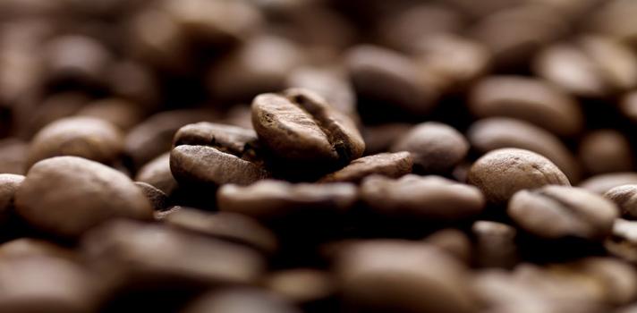 <p>El café es la <strong>segunda bebida más consumida en el mundo</strong>, después del agua. Diariamente se consumen<strong>más de 400 millones de tazas de café al día</strong>. En Perú, <strong>el consumo per cápita es de 650 gramos</strong>, habiendo incrementado en un 30% en los últimos 4 años.</p><p>El café llegó a América con los <strong>inmigrantes europeos</strong> en el siglo XVIII y ellos introdujeron su cultivo en América Central y Sudamérica. Para mediados del siglo XVIII el café ya era producido en diferentes departamentos peruanos para el consumo local y para la exportación a Alemania, Chile y Gran Bretaña.</p><p>El <strong>café orgánico de Perú</strong><strong>es famoso mundialmente</strong>, posicionando al país en el<strong> segundo lugar</strong> como productor y exportador de esta bebida. Según la Organización Internacional del Café, Perú se ubica en el <strong>Top Ten como productor y exportador de este producto a nivel mundia</strong>l.</p><p><strong>El café se produce en 47 provincias de 10 departamentos de un total de 24 que conforman el Perú</strong>. La superficie cultivada con café ocupa 230,000 hectáreas distribuidas en varias zonas, siendo la región más apropiada para obtener los mejores rendimientos con alta calidad.</p><p>Innumerables estudios se han realizado respecto a esta bebida y se recabaron datos muy interesantes a largo de los años, tales como los que te presentamos a continuación:</p><p></p><div><iframe width=630 height=1809 style=display: block; margin-left: auto; margin-right: auto; frameborder=0 scrolling=no src=https://magic.piktochart.com/embed/15495313-beneficios-del-cafe></iframe></div><br/><br/><a href=https://usuarios.universia.net/registerUser.action?idC=7&idS=NOTICIAS target=_blank><img src=https://i61.tinypic.com/kbqhap.jpg alt=width=620 height=160/><br/><br/></a><a href=https://twitter.com/universiape class=twitter-timeline data-widget-id=596751199338110979>Tweets por el @universiape.</a><script>// <![CDATA[ !funct