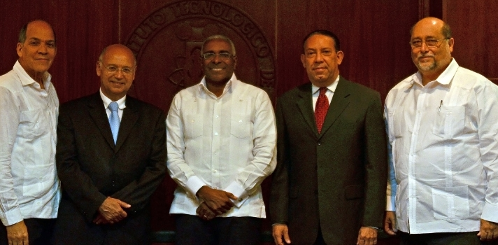 <p>El Presidente de la <strong><a href=https://www.sodonep.org.do/cinc/>Sociedad Dominicana de Nutriología Clínica</a></strong>, doctor Osvaldo Peña Tió, informó que <strong>un 27% de la población dominicana padece obesidad y 32% está en sobrepeso</strong>, cifras que están en aumento e impactan las estadísticas de otros males asociados en el país.</p><p></p><p><span style=color: #ff0000;><strong>Lee también</strong></span><br/><a style=color: #666565; text-decoration: none; title=Nutriólogo del INTEC propone necesidad de legislar habítos de nutrición href=https://noticias.universia.com.do/actualidad/noticia/2014/10/20/1113407/nutriologo-intec-propone-necesidad-legislar-habitos-nutricion.html>» <strong>Nutriólogo del INTEC propone necesidad de legislar habítos de nutrición</strong></a><br/><a style=color: #666565; text-decoration: none; title=4 consejos para no subir de peso en la oficina href=https://noticias.universia.com.do/empleo/noticia/2014/04/30/1095717/4-consejos-subir-peso-oficina.html>» <strong>4 consejos para no subir de peso en la oficina</strong></a></p><p></p><p>Peña Tió precisó que de acuerdo con los registros oficiales más del 10% de la población nacional, <strong>aproximadamente un millón de personas, padece de diabetes</strong> al tiempo que se registran cada vez más infartos, accidentes cerebro vasculares y casos de artritis.</p><p></p><p>Luego de participar en el acto de firma de un convenio con el <strong><a href=https://www.universia.com.do/universidades/instituto-tecnologico-santo-domingo/in/27029>Instituto Tecnológico de Santo Domingo (INTEC)</a></strong>y la <strong><a href=https://www.finut.org/>Fundación Iberoamericana de Nutrición (FINUT)</a></strong>, el galeno atribuyó las cifras al estilo de vida del promedio de la población dominicana y a la carencia de una alimentación balanceada.</p><p></p><p>Sugirió a la población establecer un balance entre<strong> buena alimentación, ejercicios y armonía interior o manejo del estrés</strong>, que