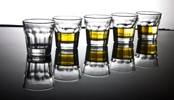 <p style=text-align: justify;>Según investigaciones realizadas en Finlandia, <strong>dedicarle al trabajo más tiempo de lo que debes te puede llevar al abuso de alcohol</strong>. Por eso recomiendan controlar el número de horas de trabajo, para evitar consecuencias negativas para la salud. </p><p style=text-align: justify;></p><p style=text-align: justify;><strong>Lee también:</strong></p><p style=text-align: justify;><a style=color: #ff0000; text-decoration: none; title=Alcohol en Argentina: ¿evolución o retroceso? href=https://noticias.universia.com.ar/vida-universitaria/noticia/2014/12/16/1117144/alcohol-argentina-evolucion-retroceso.html>» <strong>Alcohol en Argentina: ¿evolución o retroceso?</strong></a> <br/><a style=color: #ff0000; text-decoration: none; title=Consumo prolongado de alcohol afecta a la memoria a largo plazo href=https://noticias.universia.com.ar/actualidad/noticia/2014/01/31/1078775/consumo-prolongado-alcohol-afecta-memoria-largo-plazo.html>» <strong>Consumo prolongado de alcohol afecta a la memoria a largo plazo</strong></a> <br/><a style=color: #ff0000; text-decoration: none; title=El abuso del alcohol puede generar hasta 60 enfermedades href=https://noticias.universia.com.ar/en-portada/noticia/2013/03/01/1007898/abuso-alcohol-puede-generar-60-enfermedades.html>» <strong>El abuso del alcohol puede generar hasta 60 enfermedades</strong></a></p><p style=text-align: justify;></p><p style=text-align: justify;></p><p style=text-align: justify;>La<strong> Unión Europea recomienda limitar la jornada laboral a 48 horas semanales</strong> para proteger la salud de la población. Un equipo de investigadores finlandeses apoyó esta restricción luego de corroborar con distintos análisis que las personas que trabajan en exceso, más de 48 horas semanales, son más propensas a desarrollar una adicción al alcohol.</p><p style=text-align: justify;></p><p style=text-align: justify;>Las personas dedican demasiadas horas a su actividad laboral a fin de sentir que 