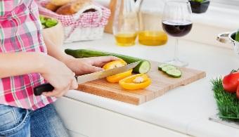 Debes evitar comprar la comida rápida a la hora de trabajo en la oficina. Trata de llevarte el almuerzo desde tu casa ya que te asegurarás de alimentos saludables.
