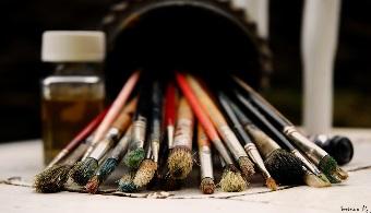 """<p style=text-align: justify;>Según cuenta al diario <strong><a href=https://www.elobservador.com.uy/portada/ rel=me nofollow>El Observador</a></strong>, Samuel Sztern, docente y director de la <strong><a title=Escuela Nacional de Bellas Artes href=https://www.enba.edu.uy/ target=_blank>Escuela Nacional de Bellas Artes</a></strong>desde 2007 los estudiantes acuden a realizar esta licenciatura con el objetivo de """"desarrollar la percepción"""", y salen de ella con una forma distinta de ver la realidad.</p><p style=text-align: justify;></p><p style=text-align: justify;></p><p><strong>Lee también</strong><br/><a style=color: #ff0000; text-decoration: none; title=UdelaR: href=https://noticias.universia.edu.uy/movilidad-academica/noticia/2015/03/06/1120934/udelar-becas-estudiantes-carreras-estrategicas.html>» <strong>UdelaR: más becas para estudiantes de carreras estratégicas</strong></a><br/><a style=color: #ff0000; text-decoration: none; title=Cada vez más jóvenes optan por estudiar en la UdelaR href=https://noticias.universia.edu.uy/en-portada/noticia/2015/01/15/1118248/cada-vez-jovenes-optan-estudiar-udelar.html>» <strong>Cada vez más jóvenes optan por estudiar en la UdelaR</strong></a></p><p style=text-align: justify;><strong></strong></p><p style=text-align: justify;><strong></strong></p><p style=text-align: justify;></p><p style=text-align: justify;><strong>Opciones de estudio</strong></p><p style=text-align: justify;></p><p style=text-align: justify;>Con 2.200 estudiantes en todo el país, esta institución –ubicada dentro de la esfera de la <strong><a title=Universidad de la República - Portal de estudios Universia href=https://www.universia.edu.uy/universidades/universidad-republica-0/in/11203 target=_blank>Universidad de la República</a></strong>– ofrece distintas opciones para aquel estudiante que encuentra en el arte una vocación. <strong>En Montevideo se ofrecen licenciaturas de seis años</strong>, con tres años de cursos básicos y tres años de especialización, q"""