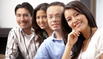 """<p style=text-align: justify;>El <strong>problema salarial</strong> en Colombia afecta directamente a los jóvenes, quienes reciben <strong>menos de tres salarios mínimos por las tareas desempeñadas</strong>. Así lo afirma la última Encuesta Distrital de Jóvenes, <strong>""""Juventud: ¿para dónde vamos?""""</strong>, que busca esclarecer la realidad personal y profesional de quienes tienen entre 14 y 28 años de edad.</p><p style=text-align: justify;></p><p style=text-align: justify;>En primera instancia, es importante destacar que <strong>la juventud representa un 25% del total</strong>, dato que también se desprende de esta encuesta realizada por la <strong><a href=https://www.integracionsocial.gov.co/ rel=me nofollow> Secretaría de Integración Social</a>, el <a href=https://www.idipron.gov.co/ rel=me nofollow> Instituto Distrital para la Protección de la Niñez y la Juventud</a> y el Observatorio de Culturas.</strong><strong></strong></p><p style=text-align: justify;></p><p style=text-align: justify;>De acuerdo al Distrito, el estudio tiene como objetivo principal <strong>conocer a los jóvenes en su contexto actual</strong>, detectar realidades, mirar desde su perspectiva y reconocer su historia para entender el futuro que construyen.</p><p style=text-align: justify;></p><p style=text-align: justify;></p><h4 style=text-align: justify;>Educación terciaria limitada</h4><p style=text-align: justify;></p><p style=text-align: justify;>Los jóvenes, en su mayoría tienen como máximo nivel educativo la secundaria básica y media. Quienes concluyen esta etapa alcanzan el 61,3%. Por otra parte, <strong>sólo un 16,9% alcanzó a ingresar en la Universidad</strong>, mientras que un 15,2% hizo lo propio a nivel técnico o tecnológico.</p><p style=text-align: justify;></p><p style=text-align: justify;>Sin embargo, los jóvenes de Bogotá <strong>manifiestan un firme deseo de seguir estudiando</strong>. Sólo el 3% de los encuestados respondió que no desea estudiar más. En relación con las expe"""