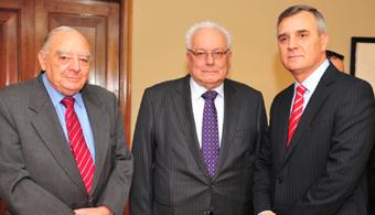 Rodolfo Armas, Premio Nacional de Medicina; Cristián Zegers, director de El Mercurio, y Claudio Melandri, country head y gerente general de Banco Santander.