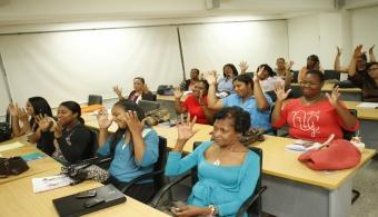 <p style=text-align: justify;>La <a href=https://estudios.universia.net/republica-dominicana/institucion/universidad-apec target=_blank><strong>Universidad APEC</strong></a> ha tomado varias acciones para lograr la inclusión educativa de las personas sordas, destacando que esta es una de las discapacidades con mayores obstáculos para acceder a la educación.</p><p style=text-align: justify;></p><p style=text-align: justify;>La lengua señas como idioma, interpretación, didáctica de enseñanza a la persona sorda y sensibilización sobre la condición de esta discapacidad, son los cuatro ejes principales que se proyectan en el programa académico del diplomado.</p><p style=text-align: justify;></p><p style=text-align: justify;><strong>Las clases iniciaron el sábado 10 de mayo</strong> simultáneamente en el campus principal Dr. Nicolás Pichardo en Santo Domingo, y en la extensión Cibao en Santiago de los Caballeros, en conjunto con el INAFOCAM-MINERD Y UNAPEC.</p><p style=text-align: justify;></p><p style=text-align: justify;>UNAPEC se siente honrada al ser seleccionada como la primera universidad del país, que ofrece un programa académico a nivel de diplomado a docentes de educación media.</p><p style=text-align: justify;></p><p style=text-align: justify;><strong>El curso tiene una duración de 4 meses</strong> y el objetivo es crear un manual de comunicación de Lengua de Señas Dominicana, además de que se pueda usar en los diferentes contextos académicos, familiares, sociales y culturales, valorando la importancia de esta lengua como medio de interacción de las personas sordas con la sociedad.</p>