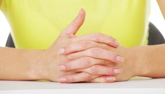 Deixe suas mãos livres. É mais difícil de gesticular quando você está com as mãos entrelaçadas