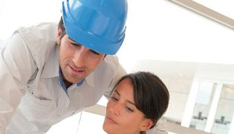 <p style=text-align: justify;>Su currículo trasciende la esfera de las energías alternativas, para abarcar una amplia gama de áreas de formación como Mecánica de fluidos, Procesos térmicos, Emprendimiento energético, Proceso de transformación energética y Proyectos energéticos sostenibles, entre otras, según lo explica la Directora de este programa, Luz Marina Patiño.<br/><br/><br/>La <strong>formación del Ingeniero en Energías</strong> de esta institución también va más allá de un perfil técnico y centrado en las matemáticas, para enfocarse en la sostenibilidad energética, reforzadas por la formación basada en competencias, que tiene como fin garantizar que el Ingeniero en Energías <strong>evalúe el impacto de normas técnicas, disposiciones legales y acuerdos internacionales</strong> como motores del emprendimiento sostenible.<br/><br/><br/>Otros de los diferenciales de esta carrera es que fue diseñado bajo altos estándares de calidad internacional, Como se evidencia con la actual <strong>acreditación ABET</strong> (Accreditation Board for Engineering and Technology), que posee la <a href=https://estudios.universia.net/colombia/suborganismo/facultad-ingenieria-16>Facultad de Ingeniería de la Universidad EAN</a>.<br/><br/><br/>Además, este nuevo programa<strong> hace parte de una línea de investigación del grupo Ontare</strong>, el cual recientemente obtuvo una alta categoría, de acuerdo con la clasificación realizada por Colciencias.<br/><br/><br/>Dentro de su claustro docente, sobresale la vinculación de expertos con un alto nivel de dominio en la materia, como Fernando Colmenares, Post-Doctorado en Ingeniería con énfasis en Energías de la <a href=https://www.cranfield.ac.uk/ target=_blank><strong>Universidad de Cranfield</strong></a>, en el Reino Unido y otros como Thomas Floreville, Doctor Internacional en Ingeniería Ambiental de la <a href=https://www.unam.mx/ target=_blank><strong>UNAM</strong></a>.<br/><br/></p><p style=text-align: justify;><br/><strong>Perfi