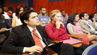 """<p style=text-align: justify;>La Jornada se realiza cada cuatrimestre y en esta ocasión tuvo como conferencista invitado al señor<strong> Felipe Pagés</strong>, quien expuso <strong>el tema """"La Marca, pilar fundamental del valor de los activos intangibles"""".</strong></p><div align=justify><a title=Facebook Universia República Dominicana href=https://www.facebook.com/pages/Universia-Rep%C3%BAblica-Dominicana/445903752110737?ref=ts&fref=ts target=_blank><strong><br class=Apple-interchange-newline/></strong></a><br/><span style=color: #0000ff;><a style=color: #ff0000; text-decoration: none; title=Universia República Dominicana ahora en Facebook ¡Házte FAN! href=https://www.facebook.com/pages/Universia-Rep%C3%BAblica-Dominicana/445903752110737?ref=ts&fref=ts><span style=color: #0000ff;>» <strong>Universia República Dominicana ahora en Facebook ¡Házte FAN!</strong></span></a></span><br/><a style=color: #ff0000; text-decoration: none; title=Visita nuestro portal de BECAS href=https://becas.universia.com.do/DO/index.jsp>» <strong>Visita nuestro portal de BECAS</strong></a></div><p style=text-align: justify;></p><p style=text-align: justify;>El señor Pagés es un destacado profesional dominicano y presidente de <strong>Pagés BBDO</strong>, agencia de publicidad que se convirtió en <strong>la primera de Centroamérica y el Caribe en obtener dos Leones de oro y plata en Cannes</strong>, este es el torneo más prestigioso del mundo en esta área, logro que ha repetido de manera consecutiva en los últimos seis años.</p><p style=text-align: justify;></p><p style=text-align: justify;>Las palabras de bienvenida estuvieron a cargo de la <strong>Dra. Dalma Cruz Mirabal</strong>, Vicerrectora de Graduados, quien resaltó la importancia de esta actividad que cada cuatro meses la Universidad organiza para mantener actualizados sobre temáticas de carácter especializado.</p><p style=text-align: justify;></p><p style=text-align: justify;><strong>El conferencista destacó que la producción en los"""