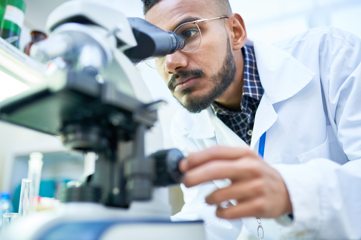 O biomédico é o profissional com formação em biomedicina, um ramo da área da saúde que estuda as doenças e como elas afetam os seres humanos.