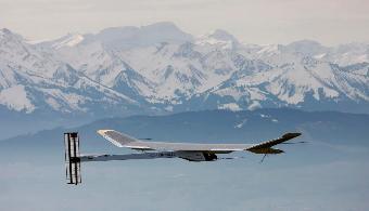 Académico USM analiza la innovadora aventura del avión Solar Impulse 2