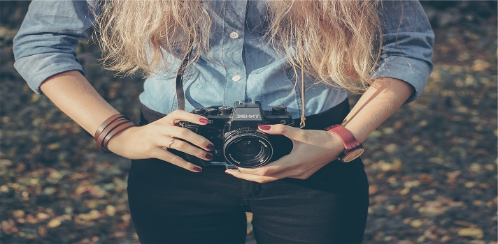 """<p>Con el boom de Instagram, Facebook, Twitter y tantas otras redes sociales, cada vez más las personas se esfuerzan por publicar fotos interesantes, artísticas y con manipulaciones divertidas. ¿Cómo lo hacen? Descubrí <strong>6 páginas web</strong> que te ofrecen <strong>distintas herramientas</strong> para que tus fotos se destaquen del resto.<br/><br/></p><div class=lead><h3>50 consejos para fotógrafos aficionados</h3><img src=https://imagenes.universia.net/gc/net/images/tiempo-libre/e/eb/ebo/ebook-fotografia.png alt=50 consejos para fotógrafos aficionados title=50 consejos para fotógrafos aficionados class=alignleft/><p>¿Te gusta la fotografía? En este ebook encontrarás las recomendaciones necesarias para hacer de este arte algo más que un hobbie.</p><p>¡Descárgalo gratis!</p><div class=clearfix></div><p><a href=/downloadFile/1153919 class=enlaces_med_registro_universia button button01 title=50 consejos para fotógrafos aficionados target=_blank onclick=ga('ulocal.send', 'event', 'DescargaFicherosBajoLogin', '/net/privateFiles/2017/6/3/ebook-fotografia.pdf' ,'Paso1AntesDeLogin'); id=DESCARGA_EBOOK rel=nofollow>50 consejos para fotógrafos aficionados</a></p></div><p></p><p><span style=color: #ff0000;><strong></strong></span><strong>1.</strong><span style=text-decoration: underline;><strong><a href=https://pixlr.com/ target=_blank rel=me nofollow>Pixlr</a></strong></span></p><p>Si te interesa disponer de una variedad más grande de herramientas para editar tus fotos, esta es la opción ideal. Al entrar a la página te dará la opción de crear una nueva imagen desde un lienzo en blanco, o editar una foto que tengas en tu computadora, desde alguna otra página web o incluso de Facebook. Luego te dirigirá a <strong>una página que es muy similar a cualquier programa de Photoshop</strong>. Podrás trabajar con capas, cambiar el tono y color de tu imagen, crearle """"resplandor de glamour"""", imitar el HDR, la visión nocturna de una cámara, entre muchos otros efectos.<br/><br/></p>"""