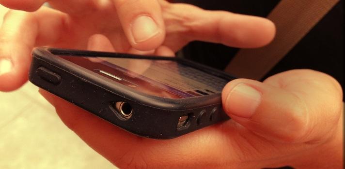 Controlar el móvil de tu pareja también es violencia de género