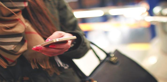 """<p style=text-align: justify;>Un reciente estudio sobre el acceso de los usuarios a las redes sociales asegura que el 90% de los jóvenes Millennialsacceden al menos una vez al día a Facebook y que el 50% hace uso de WhatsApp como medio para comunicarse. Además compara el tráfico de usuarios en la región y revela que Argentina es en el país donde acceden con mayor frecuencia.<br/><br/></p><p style=text-align: justify;><span style=color: #ff0000;><strong>Lee también</strong></span><br/><a style=color: #666565; text-decoration: none; title=Luces y sombras de los 10 años de Facebook href=https://noticias.universia.com.ar/en-portada/noticia/2014/02/07/1080236/luces-sombras-10-anos-facebook.html>» <strong>Luces y sombras de los 10 años de Facebook</strong></a><br/><a style=color: #666565; text-decoration: none; title=Casi 8 de cada 10 latinoamericanos tienen un smartphone href=https://noticias.universia.com.ar/ciencia-nn-tt/noticia/2014/11/04/1114391/casi-8-cada-10-latinoamericanos-smartphone.html>» <strong>Casi 8 de cada 10 latinoamericanos tienen un smartphone</strong></a> <br/><a style=color: #666565; text-decoration: none; title=¿Por qué renuncian los 'millennials'? href=https://noticias.universia.com.ar/empleo/noticia/2014/09/10/1111201/renuncian-millennials.html>» <strong>¿Por qué renuncian los 'millennials'?</strong></a><br/><br/></p><p style=text-align: justify;><span style=text-decoration: underline;><strong>¿Quiénes son los Millennials?</strong></span></p><p style=text-align: justify;>La Generación Millennials la comprenden las personas que nacieron entre 1981 y 1995, es decir jóvenes que actualmente tienen entre 20 y 35 años. En América Latina representan el 30% de la población total, asegura un reporte de<strong><a href=https://es.slideshare.net/carlosjimeneznet/conecta-tu-marca-con-los-millennials-31998237 rel=me nofollow>Tendencias Digitales """"Conecta tu marca con los millennials</a></strong><a href=https://es.slideshare.net/carlosjimeneznet/conecta-tu-marca-"""