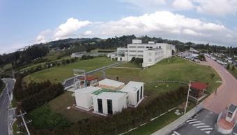 """<p style=text-align: justify;>Conconcreto (BVC:CONCONC), en alianza con la<strong><a href=https://www.universia.net.co/universidades/escuela-ingenieria-antioquia/in/11406>Escuela de Ingeniería de Antioquia (EIA)</a>,</strong>abre hoy su primer Centro de Innovación en la Ciudad de Medellín, Colombia. Con ello pretende escalar un peldaño más en su estrategia de continuar fortaleciendo la innovación y la sostenibilidad en el largo plazo. <strong>Utilizará la exploración de la ciencia y la tecnología en la construcción, a partir del desarrollo de nuevos materiales,</strong> herramientas, equipos, sistemas y procesos logísticos y constructivos que representen mayor eficiencia en el desarrollo de las obras.</p><p style=text-align: justify;></p><p style=text-align: justify;>Ubicado en la sede principal de la EIA, el Centro de Innovación Conconcreto (CICC) <strong>está concebido como un laboratorio experimental para estudiantes y profesionales emprendedores.</strong> Ellos encontrarán en él una oportunidad para la ideación, la co-creación y la validación, tanto de los prototipos como de la factibilidad de sus proyectos innovadores.</p><p style=text-align: justify;></p><p style=text-align: justify;></p><h3 style=text-align: justify;>Para modernizar la industria de la construcción</h3><p style=text-align: justify;></p><p style=text-align: justify;>Esta alianza nos permitirá impulsar soluciones a los grandes desafíos del sector con la unión de esfuerzos entre la academia, el sector público y el sector privado, a través de <strong>proyectos de innovación que permitan mejorar los tiempos y los rendimientos, modernizando y elevando el índice de competitividad de la industria de la construcción</strong> en Colombia"""", afirmó Juan Luis Aristizábal, presidente de Conconcreto.</p><p style=text-align: justify;></p><p style=text-align: justify;>En cuanto a su infraestructura, <strong>el CICC es un espacio moderno</strong>, ambientalmente amigable, diseñado por el Taller de Diseño de Val"""