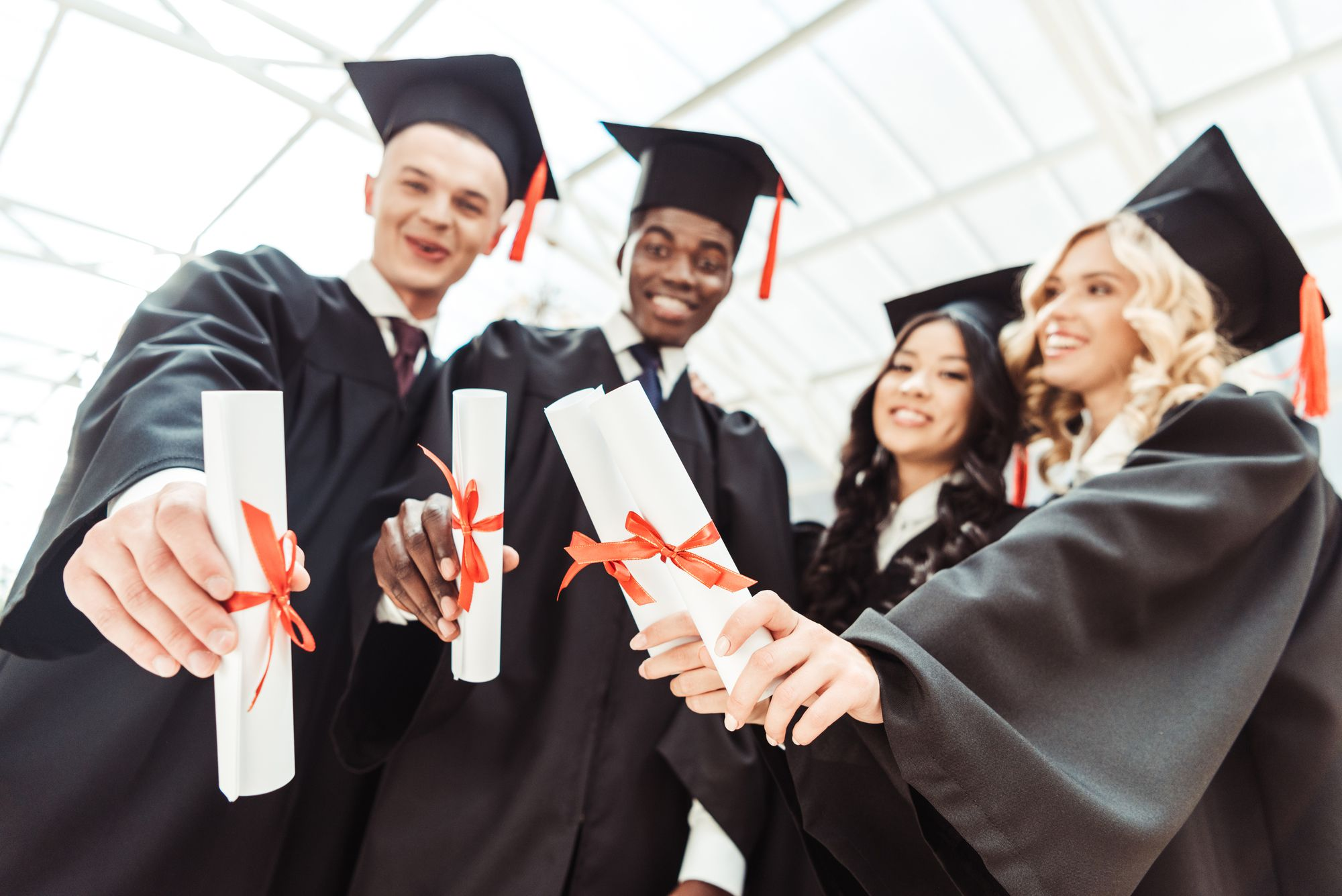 <p><span>Você sabia que, na hora de escolher uma faculdade, pode optar tanto por uma graduação tradicional quanto por uma tecnológica? A escolha pode ser feita levando em consideração o curso que você deseja, </span><a href=https://noticias.universia.com.br/educacao/noticia/2018/04/10/1159450/6-alternativas-pagar-faculdade-dinheiro.html target=_blank>o investimento de tempo e dinheiro</a><span> que pretende fazer e quais são os seus objetivos profissionais.</span></p><p><span>O diploma de tecnólogo tem a mesma validade do obtido nos cursos tradicionais, mas cada um apresenta algumas especificidades. Quer saber mais sobre as diferenças entre a graduação tradicional e a tecnológica? Continue acompanhando para conhecer suas características e observar qual delas é a melhor opção para você.</span></p><h2><span>O que é a graduação tecnológica</span></h2><p><span>Os cursos de graduação tecnológica são voltados para a formação de profissionais para o mercado de trabalho. Por isso, têm o viés mais prático para o desempenho de determinada função, com disciplinas específicas. Devido a esse foco, têm curta duração — o estudante pode se graduar em dois anos, em média.</span></p><p><span>Os cursos tecnológicos não são cursos técnicos, como muitos pensam. Cursos técnicos têm formação de nível médio, ao passo que os cursos tecnológicos são de nível superior, ou seja, são cursos de graduação plena, como os de bacharelado e licenciatura.</span></p><p><span>Além disso, o MEC não avalia cursos técnicos, mas avalia e reconhece os de graduação tecnológica com os mesmos critérios aplicados para os cursos de graduação tradicional.</span></p><h2><span>Quais as diferenças entre o diploma de tecnólogo e o de bacharel</span></h2><p><span>Para que você possa entender melhor as diferenças entre a graduação tecnológica e a tradicional, vamos fazer uma comparação entre elas, sob vários aspectos.</span></p><h3><span>Título</span></h3><p><span>O título obtido por quem se gradua em um curso tecnológi