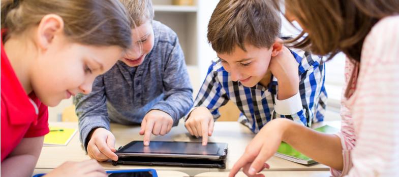"""<p>A rápida evolução da tecnologia muitas vezes assusta. Tente imaginar como era sua vida há dez anos, por exemplo, e você poderá notar o número de rotinas e facilidades diferentes que possuímos agora em relação ao passado.</p><p>No que diz respeito à educação, a equação é a mesma: inovações surgem e são, gradativamente, adaptadas e empregadas em sala de aula. Algumas das ideias mais tradicionais do ensino começam a sofrer mudanças e o advento de novos recursos tem boa parte da responsabilidade pelo processo.</p><p>Nesta virada de ano, conheça algumas das tendências da tecnologia para o ensino nas quais você deve ficar de olho em 2018.</p><h2></h2><h2><strong>Protagonismo do smartphone</strong></h2><p>O smartphone como dispositivo cada vez mais presente em todos os âmbitos na sociedade também está transformando os processos educacionais. Apps, sites, ambientes virtuais e outras iniciativas que tenham acesso fácil pelo celular passarão a ser privilegiadas e têm potencial de impacto perante os estudantes.</p><p>Uma aula presencial que tenha como complementos informações num app mobile, por exemplo, pode capturar bem mais a atenção do aluno contemporâneo. A adaptação dos sistemas pedagógicos começa a se tornar cada vez mais necessária.</p><p></p><h2><strong>Realidade aumentada e realidade virtual</strong></h2><p>A realidade aumentada, recurso popularizado recentemente nos celulares pelo game Pokémon Go, é uma opção bastante interessante para inclusão e assimilação na educação. Conteúdos que podem ser acessados através de visitas em locais específicos ou com códigos especiais, podem gerar experiências únicas de aprendizado, inclusive em ambientes externos à sala de aula.</p><p>Já a realidade virtual permite o emprego de simulações realistas de imersão, fazendo o estudante """"visitar"""" outras épocas ou localidades, por exemplo.</p><p></p><h2><strong>Atenção às redes sociais</strong></h2><p>Acompanhando os smartphones, as redes sociais e mídias digitais são cada vez mais uti"""