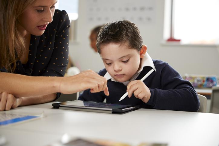 Educación digital inclusiva: ¿cómo llevarla a cabo? En este artículo te contamos algunas claves así como 5 propuestas que puedes usar para acercar las TIC a las personas con dificultades.