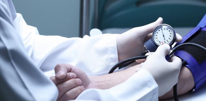 <p><span>La Organización Mundial de Salud (OMS) estima que uno de cada tres adultos sufre de hipertensión y sólo en 2008, más de 17 millones de personas en el mundo murieron por alguna enfermedad cardiovascular. Por ello, resulta importante tener claridad de qué es la hipertensión y cómo identificarla si presenta síntomas de ésta enfermedad. </span></p><p><strong><span>Datos Nacionales</span></strong></p><p>Según la encuesta nacional de Salud, en Chile un 42% de los chilenos en edad adulta declaraban tener un familiar directo (padre, madre, hermanos o hijos) con hipertensión arterial o presión alta. Esto quiere decir, que cerca de 3 millones 600 mil personas tienen esa condición de hipertensión y un 29% hombres y 25,3% mujeres.</p><p>Los datos más relevantes, indican que pese a tener conocimiento de hipertensión (65% a nivel país), sólo un 37% se encuentra en tratamiento y un 17% declara tener control de la presión arterial.</p><p><strong><span>Aumento de hipertensión en la población Joven</span></strong></p><p><span>La especialista Dra. Carolina Herrera Médico de UPC comenta que el incremento de la obesidad y sedentarismo en los jóvenes, se traduce en la aparición de hipertensión arterial esencial a edad más temprana, lo cual trae un mayor riesgo de enfermedades cardiovasculares como infarto agudo al miocardio, accidentes vasculares cerebrales, muerte súbita y otras.</span></p><p>La mayor parte de quienes sufren de hipertensión no muestran síntoma alguno, aunque en ocasiones se puede provocar dolor de cabeza constaste, vértigos, dificultad respiratoria, dolor torácico, palpitaciones del corazón y hemorragias nasales.</p><p><span>Si la persona tiene antecedentes de hipertensión arterial en la familia significa que hay mayores probabilidades de desarrollar esta enfermedad, hay un grado hereditario importante, pero eso no significa que necesariamente la enfermedad se va desarrollar, porque también influyen factores externos como comer saludable, tabaquismo, alcoholism