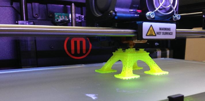 <p style=text-align: justify;>Últimamente las <strong>impresoras 3D</strong> se han convertido en un gran fenómeno, a pesar que los primeros prototipos fueron creados hace más de 20 años. No todo el mundo cuenta con su propia impresora, pero el interés y curiosidad causada por estas innovadoras máquinas es sorprendente. Pero ¿qué usos le podemos dar a estos aparatos tridimensionales?</p><p><strong>Lee también</strong><br/><a style=color: #ff0000; text-decoration: none; title=Infografía: ¿cómo las impresoras 3D estimulan el aprendizaje? href=https://noticias.universia.com.ar/actualidad/noticia/2014/03/21/1089962/infografia-impresoras-3d-estimulan-aprendizaje.html>» <strong>Infografía: ¿cómo las impresoras 3D estimulan el aprendizaje?</strong></a><br/><a style=color: #ff0000; text-decoration: none; title=Crean mano con una impresora 3D href=https://noticias.universia.com.ar/ciencia-nn-tt/noticia/2014/05/27/1097499/crean-mano-impresora-3d.html>» <strong>Crean mano con una impresora 3D</strong></a><br/><a style=color: #ff0000; text-decoration: none; title=href=https://noticias.universia.com.ar/en-portada/noticia/2013/09/20/1050717/disenadores-argentinos-trabajan-desarrollo-impresora-3d-costo.html>» <strong>Diseñadores argentinos trabajan en el desarrollo de una impresora 3D de bajo costo</strong></a><br/><br/></p><p style=text-align: left;><strong>Aplicaciones y usos innovadores de las impresoras 3D</strong><br/><br/><strong>#1</strong><strong>Fabricación de prótesis</strong></p><p style=text-align: justify;>Un uso muy interesante de las <strong>impresoras 3D</strong> en el ámbito médico es la fabricación de prótesis que suplanten las partes humanas. Por ejemplo, en la <strong><a title=Universidad Nacional de La Plata - Portal de estudios de Universia href=https://www.universia.com.ar/universidades/universidad-nacional-la-plata/in/10163 target=_blank>Universidad Nacional de La Plata</a></strong>(UNLP), un grupo de ingenieros crearon, mediante una impresora 3D de origen 
