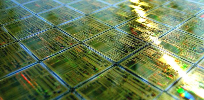 <p style=text-align: justify;>El 19 de abril de 1965, el ingeniero norteamericano <strong>Gordon Moore</strong>, co-fundador de<strong> Intel</strong>, estipuló que, el número de transistores en un chip se duplica cada 18 meses, ampliando su capacidad de procesamiento pero sin modificar su costo y espacio. A 50 años de esto, la ley sigue vigente e inspira día a día la <strong>innovación tecnológica:</strong> la era de los smartphones existe gracias a esta ley.<br/><br/></p><p><span style=color: #ff0000;><strong>Lee también</strong></span><br/><a style=color: #666565; text-decoration: none; title=Crean robot subacuático para estimular capacidades innovadoras href=https://noticias.universia.com.ar/ciencia-nn-tt/noticia/2014/11/20/1115409/crean-robot-subacuatico-estimular-capacidades-innovadoras.html>» <strong>Crean robot subacuático para estimular capacidades innovadoras</strong></a><br/><a style=color: #666565; text-decoration: none; title=¿Cómo detectar enfermedades a través de smartphones? href=https://noticias.universia.com.ar/ciencia-nn-tt/noticia/2015/01/29/1119105/como-detectar-enfermedades-traves-smartphones.html>» <strong>¿Cómo detectar enfermedades a través de smartphones?</strong></a><br/><a style=color: #666565; text-decoration: none; title=Smartphones y tablets los peores enemigos del sueño href=https://noticias.universia.com.ar/ciencia-nn-tt/noticia/2014/12/30/1117688/smartphones-tablets-peores-enemigos-sueno.html>» <strong>Smartphones y tablets los peores enemigos del sueño </strong></a></p><p style=text-align: justify;><br/>La <strong>ley de Moore</strong>se aplica únicamente al mercado de computadoras, sino que se adapta a una vasta variedad de productos como smartphones, relojes, anteojos, prendas de vestir, electrodomésticos y más. Y justamente esta amplia gama de productos es lo que ha mantenido vigente a esta ley durante medio siglo.</p><blockquote style=text-align: center;>Si la ley de Moore se aplicara para todo, nuestros vehículos serían de tam