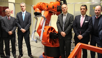 <p style=text-align: justify;>La <strong><a href=https://www.universia.net.mx/universidades/universidad-popular-autonoma-del-estado-puebla/in/30141>UPAEP</a></strong> inauguró una <strong>nueva estación en su Laboratorio de Ingenierías</strong> equipada con un <strong>robot Kuka</strong>, donado por <strong><a href=https://www.vw.com.mx/es.html>Volkswagen de México</a></strong>, con el cual los estudiantes del departamento de Ingenierías y de manera especial de la <strong>Ingeniería en Diseño Automotriz</strong>, podrán complementar su formación académica y enfrentar de manera competitiva el mercado laboral de la <strong>industria automotriz</strong>.</p><p style=text-align: justify;></p><p><strong>Lee también</strong><br/><a style=color: #ff0000; text-decoration: none; title=Industria automotriz: una industria con futuro prometedor en México href=https://noticias.universia.net.mx/actualidad/noticia/2014/02/26/1084882/industria-automotriz-industria-futuro-prometedor-mexico.html>» <strong>Industria automotriz: una industria con futuro prometedor en México</strong></a></p><p style=text-align: justify;></p><p style=text-align: justify;><br/>El donativo del <strong>robot Kuka VKRC1-150</strong> concretó el diseño y puesta en marcha de una celda de capacitación más que opera para las <strong>carreras del departamento de Ingenierías y posgrados</strong>, así como el desarrollo de proyectos de investigación por parte de docentes y estudiantes de la UPAEP.</p><p style=text-align: justify;><br/>En su intervención el Mtro. Enrique Sánchez Lara, Director de la Facultad de Ingeniería Electrónica, subrayó que el trabajo en equipo deja frutos y prueba de ello es la <strong>alianza estratégica entre Volkswagen de México y la UPAEP</strong>, sobre todo porque se suman en promover la calidad académica de los estudiantes del departamento de Ingenierías de esta casa de estudios.</p><p style=text-align: justify;><br/>El Mtro. Sánchez Lara, declaró que con la donación del robot Kuka se 