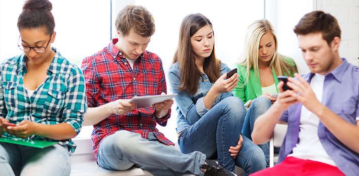 <p>Em um cenário cada vez mais marcado pelo <strong><a title=Entenda como a tecnologia pode impactar os métodos tradicionais de ensino href=https://noticias.universia.com.br/destaque/noticia/2015/03/30/1122516/entenda-tecnologia-pode-impactar-metodos-tradicionais-ensino.html>avanço da tecnologia</a></strong>, as novas mídias têm exercido um papel fundamental no dia a dia das pessoas. Certamente, uma das mais impactantes é a internet, que tem provocado uma mudança no estilo de vida, sobretudo o da nova geração. Sabendo disso, <strong>a Universia, em parceria com a Trabalhando.com, realizou um estudo para analisar a influência da web na vida do público jovem</strong>.</p><p></p><p><span style=color: #333333;><strong>Veja também:</strong></span><br/><a style=color: #ff0000; text-decoration: none; text-weight: bold; title=Escolas têm mais computadores, mas conexão à internet ainda é ruim href=https://noticias.universia.com.br/destaque/noticia/2015/09/22/1131501/escolas-computadores-conexao-internet-ainda-ruim.html>»<strong>Escolas têm mais computadores, mas conexão à internet ainda é ruim</strong></a><br/><a style=color: #ff0000; text-decoration: none; text-weight: bold; title=Entenda por que a internet dá a sensação de inteligência href=https://noticias.universia.com.br/destaque/noticia/2015/04/10/1123047/entenda-internet-da-sensaco-inteligencia.html>»<strong>Entenda por que a internet dá a sensação de inteligência</strong></a><br/><a style=color: #ff0000; text-decoration: none; text-weight: bold; title=Todas as notícias de Educação href=https://noticias.universia.com.br/educacao>» <strong>Todas as notícias de Educação</strong></a></p><p></p><p><strong><a title=Conheça as principais ferramentas para trabalhar melhor com a internet href=https://noticias.universia.com.br/carreira/noticia/2015/05/28/1125851/conheca-principais-ferramentas-trabalhar-melhor-internet.html>A importância da rede virtual</a></strong></p><p>Ao todo, participaram da pesquisa <strong>6.093 jovens i