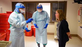 <p style=text-align: justify;><strong>Las vacunas contra el ébola se comenzaron a probar en humanos</strong> en Liberia, una de las regiones donde más personas fallecidas hubo a raíz del brote del virus. Mientras tanto, científicos del <strong><span style=text-decoration: underline;><span style=color: #0000ff;><a title=Instituto Pasteur de Francia href=https://www.pasteur.fr/fr target=_blank><span style=color: #0000ff;>Instituto Pasteur de Francia</span></a></span></span></strong>anunciaron que <strong>el virus causante de la enfermedad ha mutado</strong>.</p><p></p><p></p><p><strong>Lee también</strong></p><p><span style=color: #0000ff;><a style=color: #ff0000; text-decoration: none; title=Sigue toda la actualidad universitaria a través de nuestra página de FACEBOOK href=https://www.facebook.com/pages/Universia-Andorra/321360841290005><span style=color: #0000ff;>» <strong>Sigue toda la actualidad universitaria a través de nuestra página de FACEBOOK</strong></span></a></span></p><p><span style=color: #ff0000;><a style=color: #ff0000; text-decoration: none; title=Visita nuestro Portal de BECAS y descubre las convocatorias vigentes href=https://becas.universia.net/ad/index.jsp><span style=color: #ff0000;>» <strong>Visita nuestro Portal de BECAS y descubre las convocatorias vigentes</strong></span></a></span></p><p style=text-align: justify;></p><p style=text-align: justify;></p><p style=text-align: justify;><strong>Los ensayos que ponen a prueba la vacuna del ébola comenzaron en el país africano</strong>, donde se espera que unas 30.000 personas participen voluntariamente de ésta experimentación. Liberia junto a Guinea y Sierra Leona es una de las regiones donde más personas murieron a causa del brote del virus, que se cobró cerca de 9000 personas durante 2014.</p><p style=text-align: justify;></p><p style=text-align: justify;></p><p style=text-align: justify;>Mientras tanto, <strong>investigadores del Instituto Pasteur de Francia</strong> están atentos a la infección