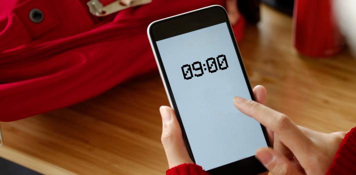 Puedes probar a usar aplicaciones que controlen el tiempo que pases con tu móvil y bloquee ciertas redes mientas estás en clase