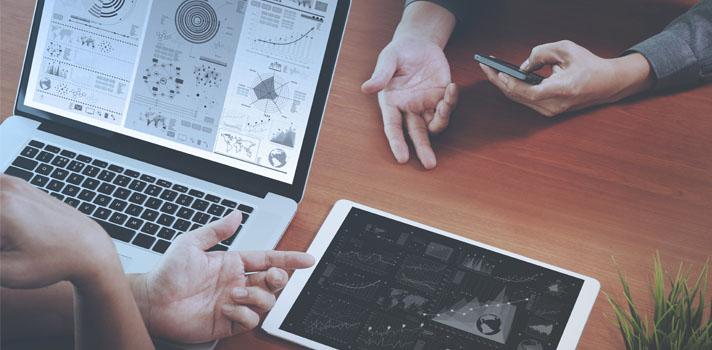 <p>Dentro de los perfiles analistas, en el campo de las tecnologías, está el Consultor BI. Su<strong> tarea principal es aportar información relevante para la toma de decisiones dentro de la empresa en la cual trabaja a partir del análisis de datos internos y externos a la misma</strong>. Es un profesional que debe comprender el contexto del negocio y los procesos existentes dentro de una organización para luego, y a partir del análisis realizado, aportar mejoras a los procesos del negocio y dar soporte a los sectores de operaciones.</p><blockquote style=text-align: center;><span>Conocé los</span><span><a href=https://cursos.universia.com.ar/informatica-informacion class=enlaces_med_leads_formacion title=Máster en Dirección de Project Management target=_blank id=CURSOS>cursos y carreras informáticas</a>,</span><span>online y presenciales, que ofrecemos en nuestro portal de cursos</span></blockquote><p>¿Qué es la Inteligencia de Negocios o <em>Business Intelligence</em>? Podemos decir que es la aplicación del método científico para enfrentar los problemas que ocurren dentro de una organización. Es una metodología mediante la cual se utilizan tecnologías y herramientas informáticas para recabar y homogeneizar datos de diversos orígenes que luego los presentará como información clave que influirá en su proceso de toma de decisiones.</p><p>Es una <strong>ocupación cuya demanda viene aumentando</strong> al igual que otras <a href=https://noticias.universia.com.ar/tag/serie-ocupaciones-tecnol%C3%B3gicas/ title=Serie ocupaciones tecnológicas target=_blank>ocupaciones tecnológicas relacionadas</a>, como son los científicos de datos, y <strong>su remuneración es muy buena</strong>.</p><p><strong></strong></p><p><strong>Algunas de las tareas que realiza un Consultor de Business Intelligence son:</strong></p><ul><li>Proponer un modelo para procesar datos con el objetivo de reconocer patrones.</li><li>Definir las hipótesis a partir de las cuales se generará nuevo conocimiento.<