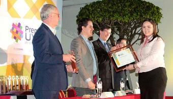 """<p style=text-align: justify;>Por novena ocasión se entregó el <strong>Premio UVM por el Desarrollo Social</strong> a 15 jóvenes entre 18 y 29 años de edad que son fundadores de <strong>proyectos de alto impacto en favor de sus comunidades y al medio ambiente</strong>. En ceremonia realizada en la <a href=https://www.universia.net.mx/universidades/universidad-del-valle-mexico/in/30166><strong>Universidad del Valle de México</strong></a> Campus San Rafael, fueron galardonados jóvenes provenientes de 11 estados de la República Mexicana.</p><p style=text-align: justify;></p><p><strong>Lee también</strong><br/><a style=color: #ff0000; text-decoration: none; title=Desarrollan un detergente biodegradable y que no necesita enjuague href=https://noticias.universia.net.mx/ciencia-nn-tt/noticia/2015/01/15/1118292/desarrollan-detergente-biodegradable-necesita-enjuague.html>» <strong>Desarrollan un detergente biodegradable y que no necesita enjuague</strong></a></p><p style=text-align: justify;></p><p style=text-align: justify;><br/><br/><strong>Alejandra Contreras Casso</strong>, egresada de la Universidad del Valle de México Campus Veracruz, <strong>creó a partir de aceite usado de cocina, un jabón biodegradable</strong> que puede ser utilizado para lavar las manos o para lavar trastes. <br/><br/><br/>La labor que ha desempeñado Alejandra es un conjunto de esfuerzos de ciudadanos comprometidos por Veracruz, quienes han creído en sus ideales además de complementar las diferentes acciones de <strong>Somos + Decididos Asociación Civil</strong> y con ello, ha brindado excelentes resultados en materia de <strong>educación ambiental, liderazgo juvenil y gestión social</strong>.</p><p style=text-align: justify;><br/>""""El proceso de convertir aceite usado en jabón, inicia con el acopio del aceite quemado de cocina. Éste se traslada a la fábrica de jabón, se hace un proceso químico llamado lasaponificación en el que el residuo de aceite, el hidróxido de sodio y el agua genera después d"""