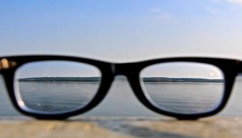 <p style=text-align: justify;>Con el fin de <strong>frenar la ceguera producida por el glaucoma</strong> y aprovechar al máximo los fármacos, un equipo de investigadores cordobeses creó un <strong>film ocular</strong>. El dispositivo es una película polimérica (film) de muy poco grosor, con características similares a las de un lente de contacto.</p><p></p><p><strong>Lee también</strong><br/><a style=color: #ff0000; text-decoration: none; title=Los zapatos para ciegos ya son una realidad href=https://noticias.universia.com.ar/ciencia-nn-tt/noticia/2014/11/05/1114473/zapatos-ciegos-realidad.html>» <strong>Los zapatos para ciegos ya son una realidad</strong></a><br/><a style=color: #ff0000; text-decoration: none; title=Científicos argentinos dan importante paso en tratamiento para la ceguera href=https://noticias.universia.com.ar/en-portada/noticia/2013/10/22/1057559/cientificos-argentinos-dan-importante-paso-tratamiento-ceguera.html>» <strong>Científicos argentinos dan importante paso en tratamiento para la ceguera</strong></a></p><p style=text-align: justify;></p><p style=text-align: justify;>Los responsables de este proyecto son docentes investigadores que trabajan en la Unidad de Investigación y Desarrollo en Tecnología Farmacéutica (UNITEFA), perteneciente al Departamento de Farmacia de la Facultad de Ciencias Químicas de la <strong><a title=Universidad Nacional de Córdoba href=https://estudios.universia.net/argentina/institucion/universidad-nacional-cordoba>Universidad Nacional de Córdoba</a></strong>.</p><p style=text-align: justify;></p><p style=text-align: justify;>Este trabajo forma parte de un proyecto sobre nuevas formas farmacéuticas de administración oftálmicas a cargo del Dr. Daniel Allemandi, y surgió como continuación del trabajo del Dr. Juan M. Llabot sobre sistemas bioadhesivos para el tratamiento de diversas patologías, en conjunto con el Dr. Ignacio Tartara y el Dr. Santiago Palma.</p><p style=text-align: justify;></p><h4>¿Por qué este invento es 