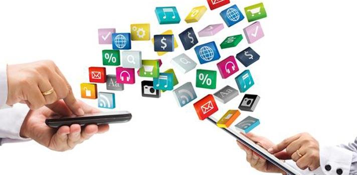 """<p style=text-align: justify;>La aparición de las nuevas tecnologías ha permitido a la Academia incursionar en el ámbito educativo con herramientas digitales que promuevan rápidamente el progreso de los estudiantes.</p><p style=text-align: justify;></p><p style=text-align: justify;>Para 2017, se espera que la educación a través de dispositivos móviles impulse el bilingüismo en Colombia.</p><p style=text-align: justify;></p><p style=text-align: justify;>Hoy en día, el e-learning se ha convertido en una tendencia que ha transformado el modelo de educación tradicional al que estábamos acostumbrados. La conexión entre la tecnología y la capacitación ha hecho imperativa la necesidad de crear ambientes virtuales, herramientas digitales y aplicaciones, que faciliten los procesos educativos y contribuyan a impulsar el aprendizaje y conocimiento en el idioma inglés, de una manera más fácil y asequible.</p><p style=text-align: justify;></p><p style=text-align: justify;>Estimular a docentes y estudiantes para que tengan una mayor fluidez en el idioma, es el principal objetivo de la enseñanza on-line. Para esto, han sido creadas diversas herramientas que por su acogida y excelentes resultados, han crecido de manera acelerada en los últimos años a nivel mundial y regional. De acuerdo con Andrea Calderón, Directora de la Fundación Heartforchange que apoya el programa Colombia Bilingüe del Ministerio de Educación """"el bilingüismo tiende a eliminar la brecha de desigualdad en el país y brinda la oportunidad a personas de bajos recursos a escalar rápidamente en educación y en empleabilidad"""".</p><p style=text-align: justify;></p><p style=text-align: justify;>Por su parte, el Gobierno Nacional a través del Ministerio de Educación creó el programa """"Colombia Bilingüe"""", una iniciativa que busca capacitar a docentes y alumnos de todos los rincones del país en el idioma inglés. """"El gobierno está realizando una apuesta muy grande ya que Colombia es un país bastante desigual en el dominio de """