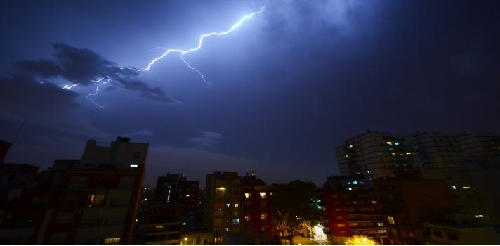 """<p style=text-align: justify;>El noroeste argentino, Paraguay y Brasil, es decir, el <strong>sureste de Sudamércia</strong>, es la región del planeta donde se dan la mayor cantidad de tormentas intensas, en altitudes de hasta 16 kilométricos, mientras que las nubes de tormentas normales se dan en aproximadamente 10 kilómetros de altura.<br/><br/></p><p><span style=color: #ff0000;><strong>Lee también</strong></span><br/><a style=color: #666565; text-decoration: none; title=Meteorología: una carrera con baja demanda href=https://noticias.universia.com.ar/ciencia-nn-tt/noticia/2014/11/25/1115798/meteorologia-carrera-baja-demanda.html>» <strong>Meteorología: una carrera con baja demanda</strong></a><br/><a style=color: #666565; text-decoration: none; title=¿Qué ocurre si te cae un rayo? href=https://noticias.universia.com.ar/en-portada/noticia/2014/01/23/1076841/que-ocurre-si-te-cae-rayo.html>» <strong>¿Qué ocurre si te cae un rayo?</strong></a><br/><a style=color: #666565; text-decoration: none; title=Cómo afectan los rayos nuestra región href=https://noticias.universia.com.ar/actualidad/noticia/2014/01/10/1074246/afectan-rayos-nuestra-region.html>» <strong>Cómo afectan los rayos nuestra región</strong></a></p><p style=text-align: justify;><br/><br/>Pero, ¿por qué se dan fenómenos tan violentos en estas zonas? Los investigadores creen que los vientos altamente húmedos, que provienen del Amazonas y del Caribe, colisionan con las montañas de Argentina, haciendo que suban con energía -fenómeno de """"convección""""- lo que provoca nubes altas y cargadas energéticamente.</p><p style=text-align: justify;>A su vez, la <strong>topografía cordobesa</strong>, según la información satelital, especialmente las Altas Cumbres, juega un rol clave. Lo mismo sucede con la Cordillera de los Andes, funcionan como un trampolín para los vientos y la generación de tormentas. Gracias a los satélites meteorológicos que capturan """"radiografías"""" de tormentas intensas, se confirmó que las tormentas má"""