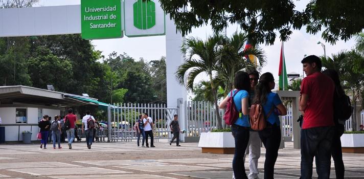 <p style=text-align: justify;>La compañía de petróleo<strong><a href=https://www.ecopetrol.com.co/ rel=me nofollow>Ecopetrol</a></strong>y la <strong><a href=https://www.universia.net.co/universidades/universidad-industrial-santander-bucaramanga/in/11454>Universidad Industrial de Santander</a></strong>(UIS) suscribieron un convenio por cinco años que tiene como objetivo fortalecer las capacidades de investigación, desarrollo e innovación de ambas instituciones.</p><p style=text-align: justify;></p><p style=text-align: justify;><span style=color: #ff0000;><strong>Lee también</strong></span><br/><a style=color: #666565; text-decoration: none; title=La tecnología: herramienta clave para las universidades>» <strong>La tecnología: herramienta clave para las universidades<br/></strong></a><a style=color: #666565; text-decoration: none; title=Investigadoras de UIS obtienen patente y son felicitadas>» <strong>Investigadoras de UIS obtienen patente y son felicitadas</strong></a></p><p style=text-align: justify;></p><p style=text-align: justify;>Este convenio se firmó en el marco de la Ley de Ciencia y Tecnología que <strong>permite a las dos instituciones adelantar proyectos de investigación científica, formar y capacitar recursos humanos</strong> para el avance y la gestión de la ciencia y la tecnología y trabajar en la aplicación y adaptación de tecnologías nacionales y extranjeras, entre otros.</p><p style=text-align: justify;></p><p style=text-align: justify;><strong>El acuerdo facilitará a las partes trabajar conjuntamente en la generación de soluciones innovadoras a problemas de la cadena de valor de Ecopetrol</strong>, con foco en ejes estratégicos identificados en el Plan de Transformación de la Empresa, entre ellos: exploración, eficiencia, recobro mejorado, competencias y cultura del recurso humano y fortalecimiento del entorno. Sin embargo, se dará prioridad a la innovación de alto impacto, que le genere valor agregado a Ecopetrol.</p><p style=text-align: justify;