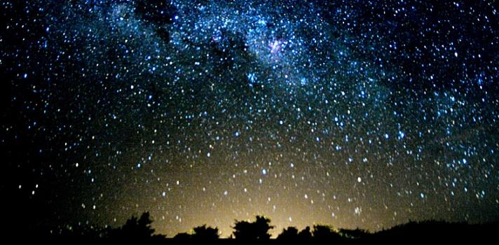 """<p>Bajo el lema <strong>""""Préndete con la luz del Universo""""</strong> este sábado 28 de noviembre de 2015 se celebra la Noche de las Estrellas en el<a href=https://www.facebook.com/planetariodesanjose/?fref=ts target=_blank rel=me nofollow>Planetario San José</a>de la <a title=Universidad de Costa Rica href=https://www.universia.cr/universidades/universidad-costa-rica/in/37130 target=_blank>Universidad de Costa Rica</a>. <strong>La entrada es gratuita</strong> y durante todo el día se desarrollarán diversas actividades al aire libre, entre las que se incluyen <strong>conferencias, presentaciones, talleres y una telescopiada</strong>, lo que promete ser un gran atractivo para todos los participantes.</p><p><br/><span style=color: #ff0000;><strong>Lee también</strong></span><br/><a style=color: #666565; text-decoration: none; title=Científico costarricense determinó por qué brilla el sol href=https://noticias.universia.cr/actualidad/noticia/2014/12/19/1117298/cientifico-costarricense-determino-brilla-sol.html>» <strong>Científico costarricense determinó por qué brilla el sol</strong></a><br/><br/></p><p>La Noche de las Estrellas se enmarca en la celebración del<strong> Año Internacional de la Luz</strong>, <strong>declarado por las Naciones Unidas</strong> para destacar la importancia de las tecnologías basadas en la luz y su aporte al desarrollo sostenible y a la solución de problemas mundiales. <strong>Las actividades en el Planetario se desarrollarán de 3 p.m a 10 p.m.</strong></p><p></p><p>La Noche de las Estrellas es la primera actividad de <strong>varios encuentros que se estarán llevando a cabo desde el 28 de noviembre al 5 de diciembre de 2015</strong><strong>en la UCR</strong>, con opciones que van desde presentaciones de libros, conciertos en vivo de la orquesta Sinfónica de Heredia o de guitarras, hasta charlas de admisión a la universidad entre otras.</p><blockquote style=text-align: center;>Consulta el <a title=listado de actividades href=https://www.ucr.ac"""