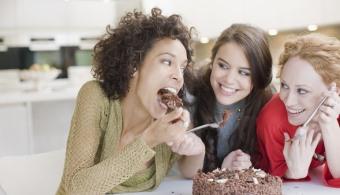 <p style=text-align: justify;>De acuerdo con un estudio de la <strong><a href=https://www.adelaide.edu.au/ rel=me nofollow>Universidad de Adelaida</a></strong>, una madre puede transmitirle su obesidad al hijo que está gestando. Al parecer, lo que sucede es que <strong>las mujeres embarazadas transmiten problemas metabólicos a sus bebés a través de los cambios mitocondriales de sus óvulos</strong> que ocurren mucho antes de que se realice la concepción.</p><p style=text-align: justify;></p><p style=text-align: justify;><strong>Lee también</strong><br/><a style=color: #ff0000; text-decoration: none; title=5 alimentos que debes evitar para tener una alimentación saludable href=https://noticias.universia.net.co/en-portada/noticia/2013/09/04/1047096/5-alimentos-debes-evitar-tener-alimentacion-saludable.html>» <strong>5 alimentos que debes evitar para tener una alimentación saludable</strong></a><br/><a style=color: #ff0000; text-decoration: none; title=Los errores más comunes en la alimentación href=https://noticias.universia.net.co/en-portada/noticia/2013/12/20/1071145/errores-mas-comunes-alimentacion.html>» <strong>Los errores más comunes en la alimentación</strong></a><br/><a style=color: #ff0000; text-decoration: none; title=¿Cómo manejar la alimentación en la universidad? href=https://noticias.universia.net.co/ciencia-nn-tt/noticia/2014/11/25/1115834/como-manejar-alimentacion-universidad.html>» <strong>¿Cómo manejar la alimentación en la universidad?</strong></a></p><p style=text-align: justify;></p><p style=text-align: justify;>A esta conclusión se llegó luego deobservar que las mujeres obesas <strong>no respondían bien a los tratamientos de fertilidad y que tenían una tendencia al aborto espontáneo</strong>, al margen de que concibieran o no de forma natural. Por eso, los estudiosos realizaron una investigación en ratones y hallaron que los óvulos de los roedores obesos se diferenciaban pares delgados en algunos aspectos. </p><p style=text-align: justify;></p><p 
