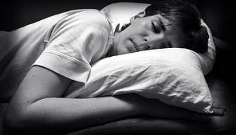 """<p style=text-align: justify;>Si a veces te remuerde la consciencia <strong>dormir hasta más tarde los fines de semana</strong>, a partir de ahora dejarás de sentirte culpable. Si eres de los que apagan el despertador los sábados y domingos y se permiten dormir hasta tarde, debes ser consciente que <strong>además de darte un gusto y estar más descansado también estás adelgazando</strong>.</p><p style=text-align: justify;></p><p style=text-align: justify;>A esa conclusión llegaron los investigadores de la <a href=https://www.uchicago.edu/ target=_blank><strong>Universidad de Chicago</strong></a> quienes afirman que las personas al sentirse más relajadas y con la sensación de haber """"cargado las pilas"""" <strong>evitan los ataques de hambre y deseo de comidas grasas.</strong></p><p style=text-align: justify;></p><p style=text-align: justify;><strong>¿Cómo realizaron lal investigación?</strong></p><p style=text-align: justify;></p><p style=text-align: justify;>Los investigadores analizaron el comportamiento de <strong>10 personas adultas con sobrepeso de 21 a 40 años</strong>.</p><p style=text-align: justify;></p><p style=text-align: justify;>Los investigadores comprobaron que aquellas personas que se habían acostado antes o que se levantaron más tarde <strong>mostraban una pérdida de apetito del 14% y del 62% de las ganas de """"picotear alimentos poco sanos"""".</strong></p><p style=text-align: justify;></p><p>Esta investigación va de la mano con estudios anteriores que habían concluido que dormir poco engorda porque se interrumpe el equilibrio hormonal que mantiene el apetito distante.</p>"""