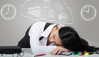 <p style=text-align: justify;>El estrés producido por la cantidad de trabajos y exámenes que hay que preparar en la universidad puede llegar a que muchas personas piensen en <strong>dejar de estudiar</strong>, dedicarse a otra cosa o empezar a trabajar. Si estás en esta situación, seguro que estos consejos te son muy útiles.</p><p style=text-align: justify;></p><p><strong>Lee también</strong><br/><a style=color: #ff0000; text-decoration: none; title=El 30 % de los universitarios abandonan la facultad en el primer año href=https://noticias.universia.com.ar/en-portada/noticia/2014/06/09/1098407/30--universitarios-abandonan-facultad-primer-ano.html>» <strong>El 30 % de los universitarios abandonan la facultad en el primer año</strong></a></p><h4></h4><h4>1) Pensá en el esfuerzo realizado</h4><p style=text-align: justify;>Si has llegado hasta donde te encuentrás en tu carrera universitaria, seguramente haya sido en base a mucho esfuerzo. Por eso, antes de tomar la decisión definitiva de dejar de estudiar, tenés que <strong>pensar en el dinero que invertiste, los litros de café que tomaste y las fiestas a las que dejaste de ir</strong>.</p><h4></h4><h4>2) Pensá en tu futuro</h4><p style=text-align: justify;>Aunque cueste pensar en el futuro mientras estudiás, es un hecho que cuanto mejor sea tu nivel académico, <strong>mayores serán las posibilidades de conseguir un buen trabajo</strong>.</p><h4></h4><h4>3) Buscá otras soluciones</h4><p style=text-align: justify;>Si el problema radica en que no estás pudiendo cubrir todos los gastos que la carrera implica, una buena idea consiste en <strong>solicitar una beca</strong> o una extensión, si ya tenés una bonificación. En caso de que la carrera no sea de tu interés, podés pensar la posibilidad de formarte en otra área.</p><h4></h4><h4>4) Relajate</h4><p style=text-align: justify;>En algunos casos el estrés puede llegar a hacerte decir cosas que en verdad no sentís. Probá relajarte, <strong>reducir la cantidad de materias que 