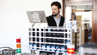 """<p style=text-align: justify;>Tal como especificaron desde el<strong><a href=https://estudios.universia.net/argentina/institucion/instituto-tecnologico-buenos-aires target=_blank>Instituto Tecnológico de Buenos Aires</a> (ITBA),</strong> el laboratorio cuenta con un sistema que integra, a través de un software de gestión, los pedidos de los clientes, la planificación de la producción, la ejecución de la producción, el almacenamiento y el despacho.</p><p style=text-align: justify;></p><p><strong>Lee también</strong><br/><a style=color: #ff0000; text-decoration: none; title=El ITBA apuesta a la formación en inglés href=https://noticias.universia.com.ar/vida-universitaria/noticia/2014/02/19/1083211/itba-apuesta-formacion-ingles.html>» <strong>El ITBA apuesta a la formación en inglés</strong></a><br/><a style=color: #ff0000; text-decoration: none; title=Según los extranjeros el ITBA es una de las universidades más destacadas de Buenos Aires href=https://noticias.universia.com.ar/actualidad/noticia/2013/12/11/1069246/extranjeros-itba-es-universidades-mas-destacadas-buenos-aires.html>» <strong>Según los extranjeros el ITBA es una de las universidades más destacadas de Buenos Aires</strong></a></p><p style=text-align: justify;><br/><br/><br/>El laboratorio es parte de un lugar de innovación en la casa de estudios donde funciona un <strong>equipo que reproduce a escala educativa una línea automatizada real de fabricación</strong>, muy similar a las que se pueden encontrar en una planta de producción real.</p><p style=text-align: justify;><br/><br/>En el evento de inauguración, José Luis Roces, rector del ITBA, sostuvo: """"Inaugurar este espacio es un hecho importantísimo que permite mejorar la capacidad de enseñanza mediante recursos que sólo tienen sentido cuando pueden ser usados y puestos en práctica a través del conocimiento"""".</p>"""