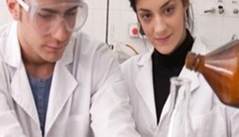 """<p style=text-align: justify;>Demostraciones de experimentos científicos en laboratorios abiertos, charlas coordinadas por investigadores profesionales, testimonios narrados en primera persona por investigadores, reuniones de orientación vocacional son algunas de las actividades que se vivirán desde hoy hasta el 21 de agosto en la <strong><a title=Universidad de la Marina Mercante href=https://estudios.universia.net/argentina/institucion/universidad-marina-mercante>Universidad de la Marina Mercante (UdeMM)</a></strong>, en el marco de la <strong>""""Semana de la Ciencia""""</strong>.</p><p style=text-align: justify;></p><p><strong>Lee también</strong><br/><a style=color: #ff0000; text-decoration: none; title=¿Qué efectos provocó la revolución científica en la ciencia rioplatense? href=https://noticias.universia.com.ar/ciencia-nn-tt/noticia/2014/07/10/1100361/efectos-provoco-revolucion-cientifica-ciencia-rioplatense.html>» <strong>¿Qué efectos provocó la revolución científica en la ciencia rioplatense?</strong></a><br/><a style=color: #ff0000; text-decoration: none; title=¿Cuáles son los aportes más significativos de los científicos latinoamericanos? href=https://noticias.universia.com.ar/ciencia-nn-tt/noticia/2014/06/16/1098905/cuales-aportes-significativos-cientificos-latinoamericanos.html>» <strong>¿Cuáles son los aportes más significativos de los científicos latinoamericanos?</strong></a></p><p></p><p style=text-align: justify;><br/>Según indicaron desde la casa de estudios, las jornadas son alusivas a la producción científica y tecnológica local, y <strong>busca difundir los resultados de la producción científica llevada a cabo en la institución y en otros centros científicos del país</strong> con el objetivo de acercar el campo de la ciencia y la tecnología a docentes y alumnos vinculados con estas disciplinas.</p><p style=text-align: justify;><br/>Además, se conoció que la dinámica del encuentro girará en torno a las exposiciones de los investigadores con la interac"""