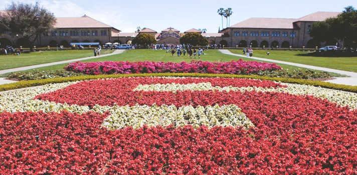 La Universidad de Stanford fue la primera institución en ofrecer clases y conferencias públicas a través de iTunes U