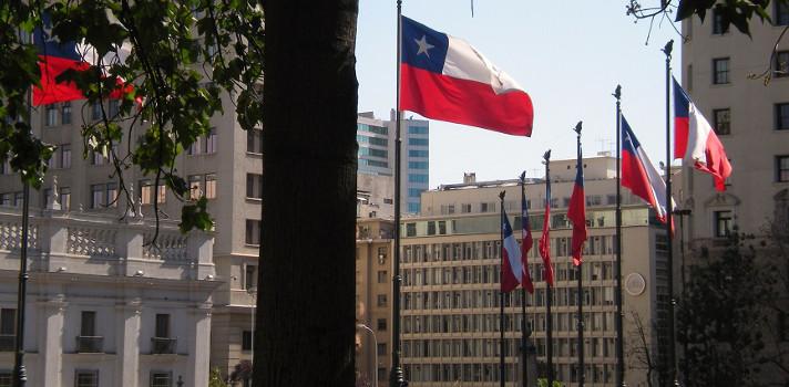 Experto enseña la forma correcta de poner la bandera chilena