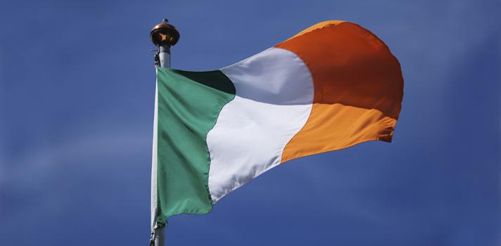 """<p>Si tu objetivo es estudiar en el extranjero, definitivamente deberías considerar Dublín. La capital de Irlanda es una ciudad bella, acogedora y amigable. De su millón de habitantes, <strong>un 50% es menor de 27 años de edad</strong>, lo que convierte al hogar de escritores como James Joyce y Oscar Wilde en una ciudad que a pesar de sus años de historia se mantiene activa y llena de vida, ideal para estudiantes que quieren experimentar su fascinante cultura.</p><blockquote style=text-align: center;><a href=https://usuarios.universia.net/home.action class=enlaces_med_registro_universia title=Regístrate en Universia id=REGISTRO_USUARIOS>Regístrate</a>para estar informado sobre becas, ofertas de empleo, prácticas, Moocs, y mucho más.</blockquote><p>¿Te gustaría estudiar allí? Pues la <a href=https://www.ucd.ie/ title=University College Dublin target=_blank>University College Dublin</a>, una de las principales universidades de Irlanda, lanzó una <strong>convocatoria para estudiantes de nacionalidad estadounidense</strong> a la que puedes postularte. Se trata de un <strong>programa de becas de 10 plazas en total</strong>, por el cual 2 estudiantes podrán cursar una maestría de un año de duración <strong>sin tener que abonar gastos de matriculación</strong>, mientras que otros 8 becarios gozarán de un <strong>50% de descuento</strong>.</p><p>Los candidatos serán evaluados en base a su desempeño académico, su capacidad para contribuir a la universidad y desempeñarse como """"embajadores"""" de esta en un futuro. Para probar estas habilidades, los interesados deberán <strong>enviar un video de tres minutos de duración</strong> junto a su postulación.</p><p>Antes de solicitar la beca, los candidatos deben haber sido <strong>aceptados en el programa</strong> de maestría de su interés.</p><p>El plazo para postularse a la convocatoria finaliza el <strong>31 de enero de 2016</strong>. Visita la <a href=https://becas.universia.pr/beca/becas-para-cursar-estudios-de-master-en-irlanda/"""